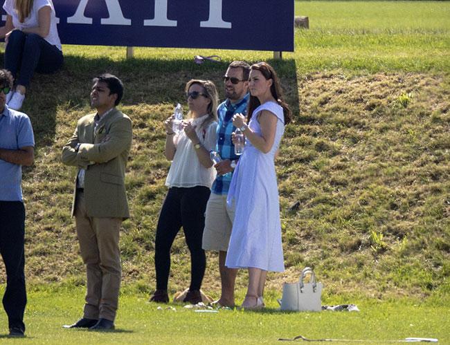 Charlotte hào hứng lộn ngược đầu, George rụt rè mếu máo khi cùng mẹ đi xem polo - 11