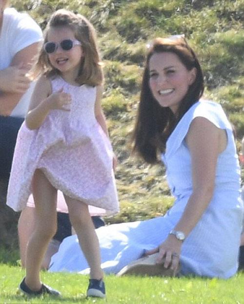 Charlotte hào hứng lộn ngược đầu, George rụt rè mếu máo khi cùng mẹ đi xem polo - 1