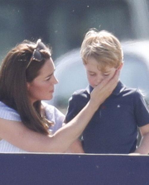 Charlotte hào hứng lộn ngược đầu, George rụt rè mếu máo khi cùng mẹ đi xem polo - 2