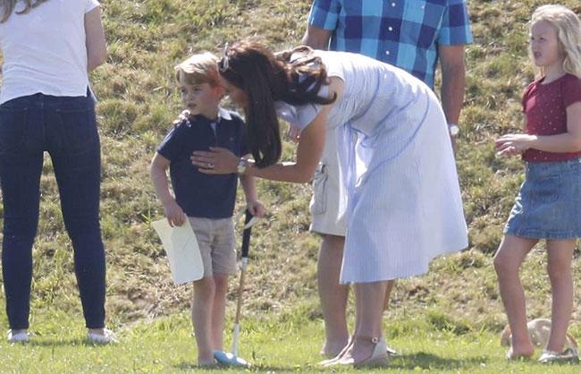 Charlotte hào hứng lộn ngược đầu, George rụt rè mếu máo khi cùng mẹ đi xem polo - 3