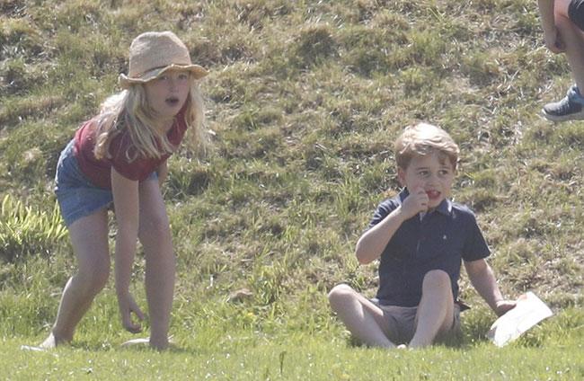 Charlotte hào hứng lộn ngược đầu, George rụt rè mếu máo khi cùng mẹ đi xem polo - 7