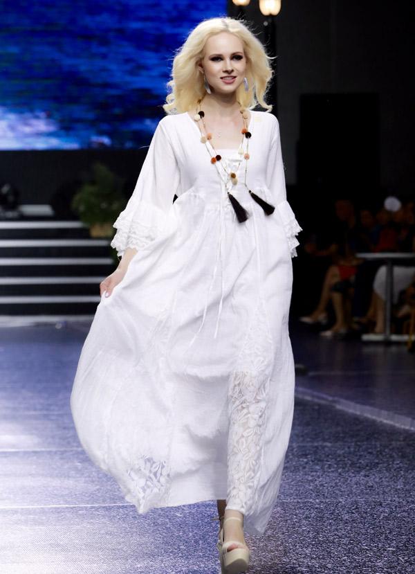 Sự kiện còn có một số mẫu Tây tham gia biểu diễn. Sưu tập chủ yếu may bằng chất liệu vải rayon, cotton thoáng mát, mềm mại. Điểm nhấn của trang phục là các chi tiết thêu tay tỉ mỉ, tinh tế.