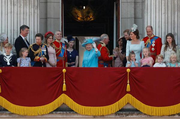 Bốn thế hệ hoàng gia cùng xuất hiện trên ban công Điện Buckingham hôm nay. Ảnh: Reuters.