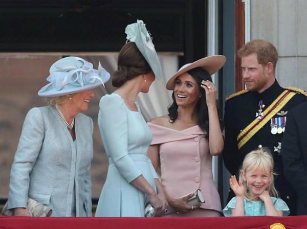 Harry - Meghan tình tứ trong lần đầu đứng cùng trên ban công Điện Buckingham - 2