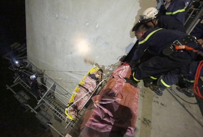 Cảnh sát cứu hộ đưa được nam thanh niên lên cầu đi cấp cứu.Ảnh: Nam Nguyễn