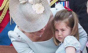 Bị đập đầu vào ban công, Charlotte bật khóc trong sinh nhật Nữ hoàng