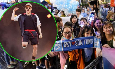 Khán giả đội mưa xem Sơn Tùng M-TP mặc quần short biểu diễn