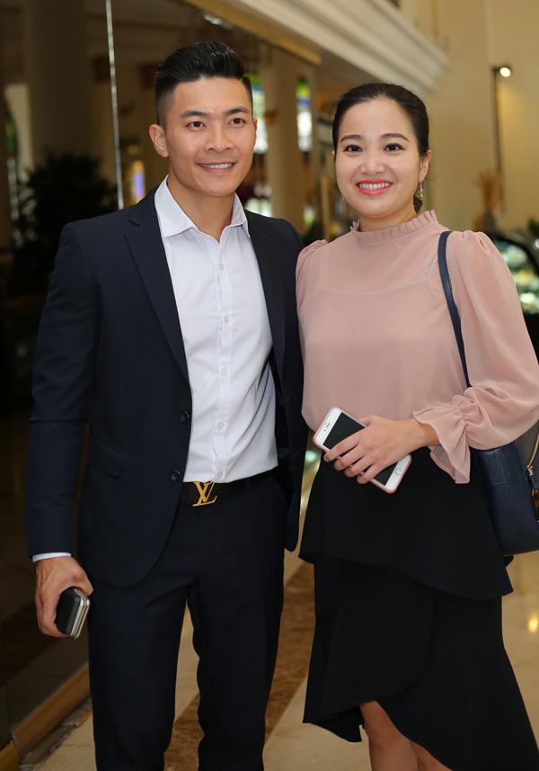 Vợ chồng Quốc Cơ - Hồng Phượng sánh đôi nhau dự họp báo chiều 11/6. Én vàng 2006 tiết lộ, cô là người chuẩn bị trang phục cho ông xãmỗi lần xuất hiện trước công chúng.