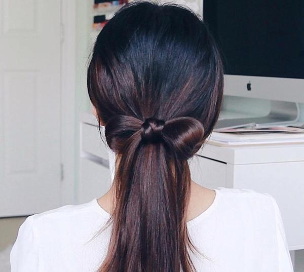 Kiểu 2: Vẫn buộc tóc đuôi ngựa thấp rồi lấy hai lọn tóc ở phía ngoài cùng, buộc thành nơ phía ngoài chun buộc.