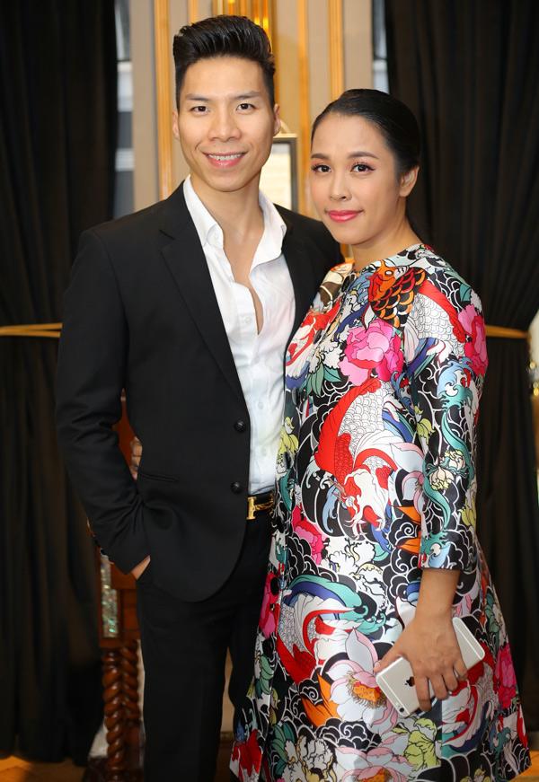Ca sĩ Ngọc Mai - vợ Quốc Nghiệp mang bầu hơn 3 tháng,đi sự kiện cùng chồng.