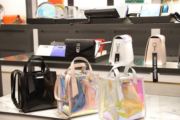 Sự kiện khai trương cũng đồng thời giới thiệu dòng sản phẩm mới với các mẫu túi xách và giày dép xu hướng menswear, phóng khoáng, thanh lịch.