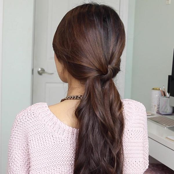 Kiểu 3: Chia tóc làm hai phần, buộc thắt nút vào nhau phía sau gáy.