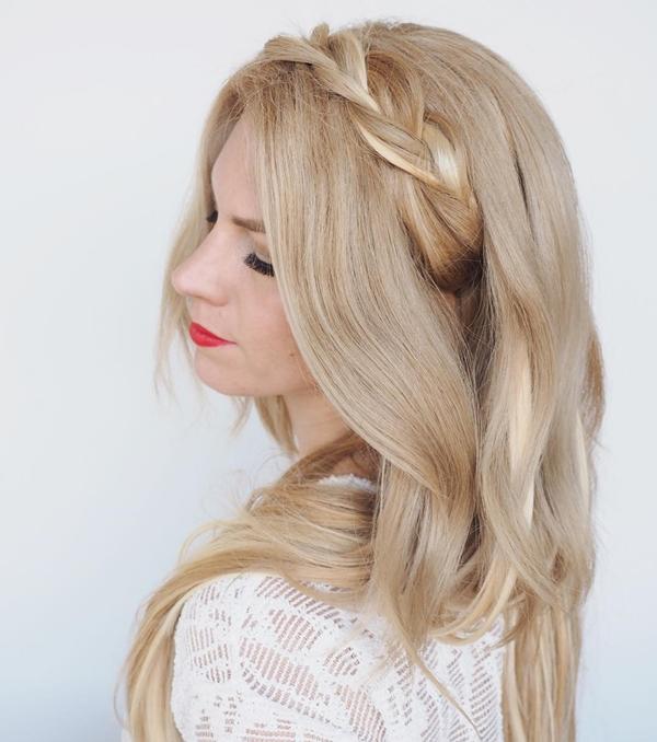 Kiểu 8: Lấy một lọn tóc nhỏ phía trên mai, tết đuôi sam lỏng tay rồi giấu phần đuôi tóc phía trong gáy, bên dưới mái tóc buông xõa.