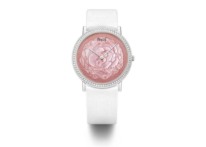 Bên cạnh đó, Piaget cũng giới thiệu 2 mẫu đồng hồ lấy cảm hứng từ đóa hồng Yves Piaget, trên phiên bản Altiplano. Mẫu thứ nhất có mặt số được làm bằng kỹ thuật tráng men Grand Feu bởi Sophie Meylan. Đồng hồ bằng vàng trắng 18K đính 78 viên kim cương brilliant (0.71ct). Bộ chuyển động cơ khí lên cót tay siêu mỏng 430P, bởi Piaget Manufacture.
