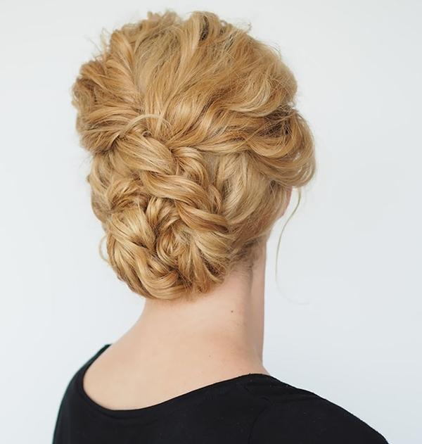 Kiểu 7: Tết tóc từ phía trên đỉnh đầu xuống hết chiều dài tóc rồi giấu phần đuôi tóc vào phía sau gáy.