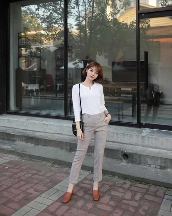 Để tránh sự khô khan khi diện đồ đóng thùng, bạn gái nên chọn những mẫu túi xinh xắn, giầy đáng yêu để phối đồ.