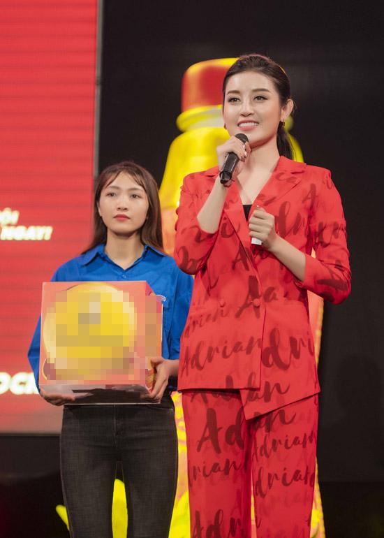 Buổi tối cùng ngày, cô xuất hiện trên sân khấu giao lưu cùng sinh viên Hà Nội và trao những phần quà may mắn cho mọi người.
