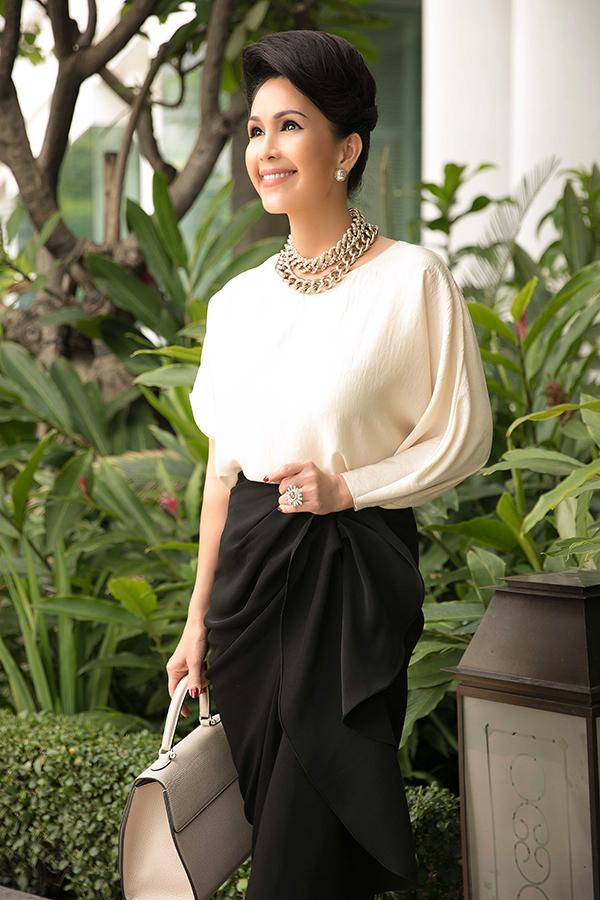 Phần chân váy mang đến cảm giác mềm mại của những đường gấp nếp lớn kết hợpxẻ tà. Chiếc áo mang đến sự lạ mắt với một tay áo rộng, ngắn cùng một phần tay dài.