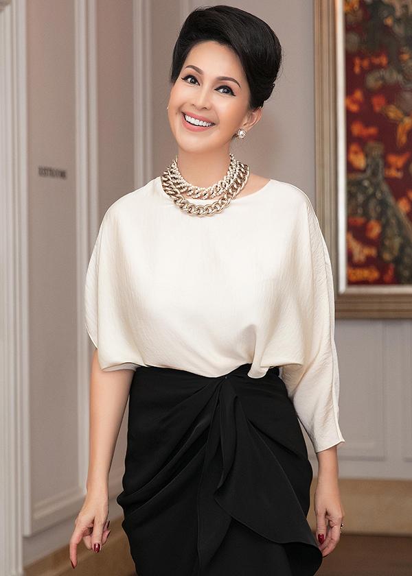 Diễm My phối trang phục cùng vòng cổ mắt xích to bản của Chanel,hoa tai ánh kim với sắc vàng kim đồng điệu.