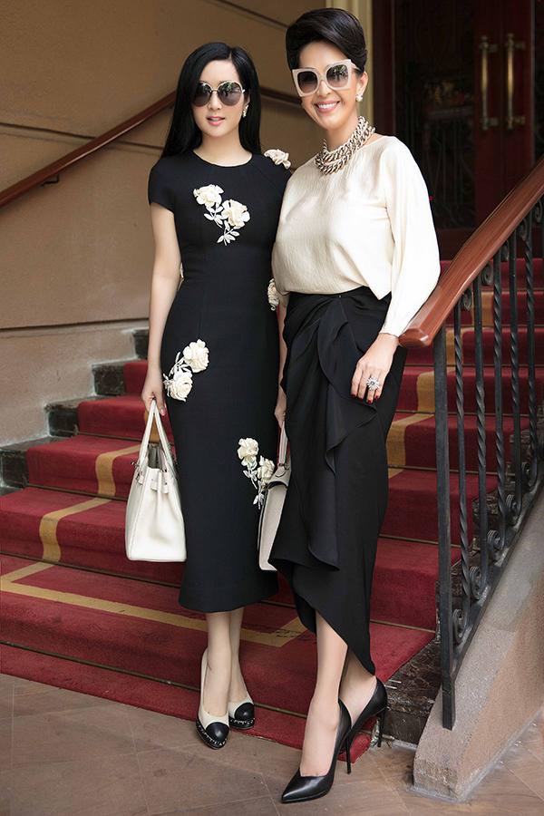 Trong buổi chiều dạo phố cuối tuần, Diễm My và Giáng My đều chọn trang phục thanh lịch và phối đồ trắng đen.