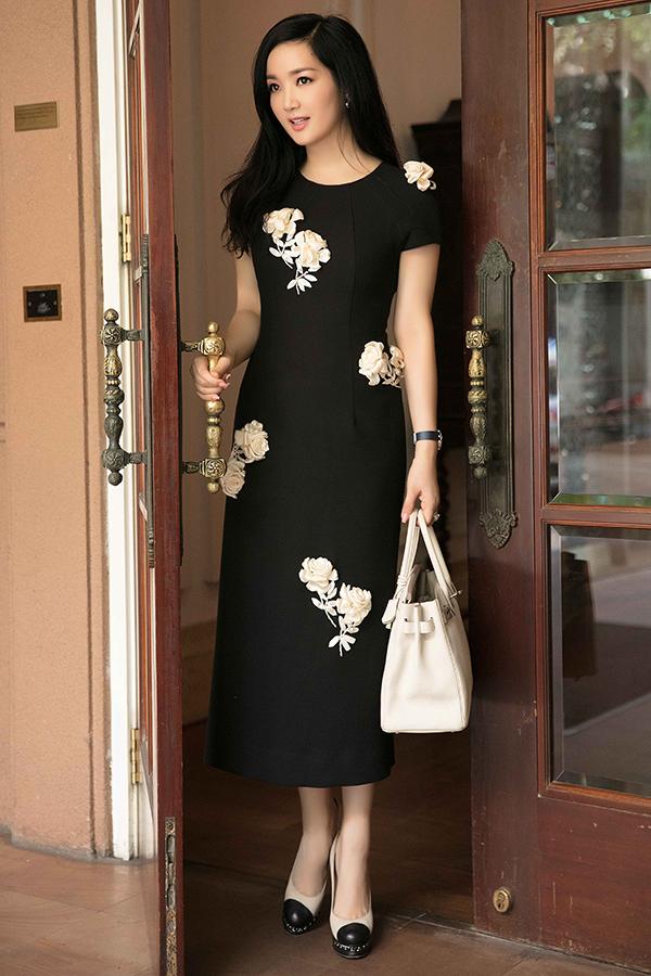 Giày cao gót của Chanel, túi xách Hermes hài hoà về màu sắc được Người đẹp Đền Hùng chọn lựa để mix đồ.