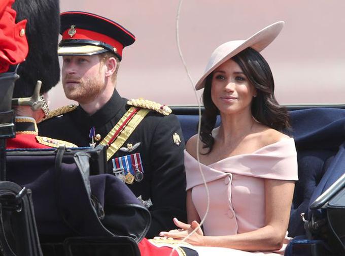 Cặp vợ chồng mới cưới ngồi xe ngựa chào người hâm mộ trong sự kiện. Ảnh: PA.