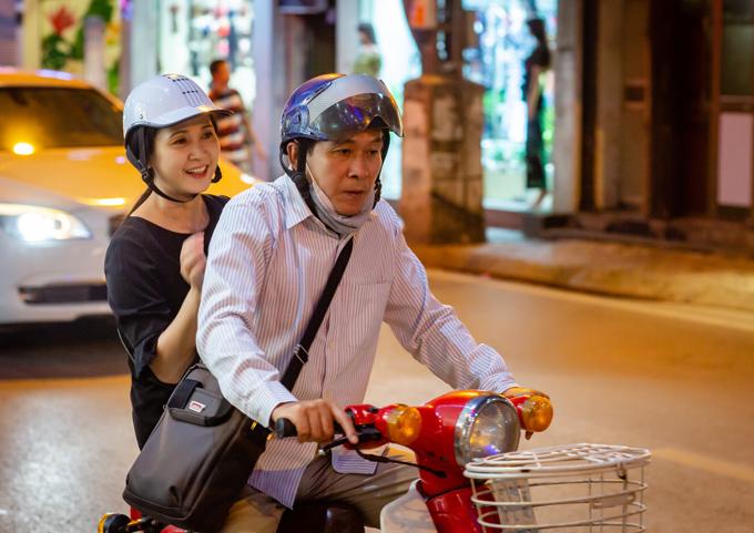 Mẹ chồng Lan Hương được ông xã chở xe máy đi thử đồ