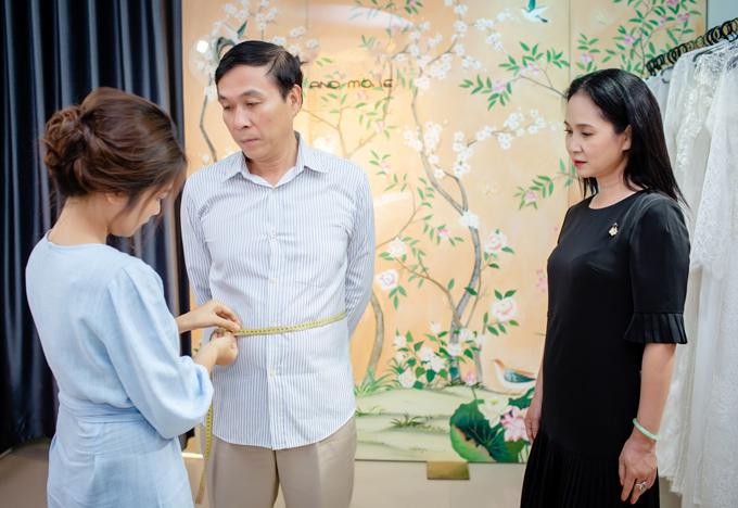 Mẹ chồng Lan Hương được ông xã chở xe máy đi thử đồ - 2