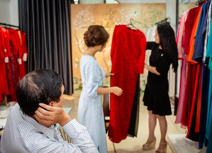 Mẹ chồng Lan Hương được ông xã chở xe máy đi thử đồ - 4