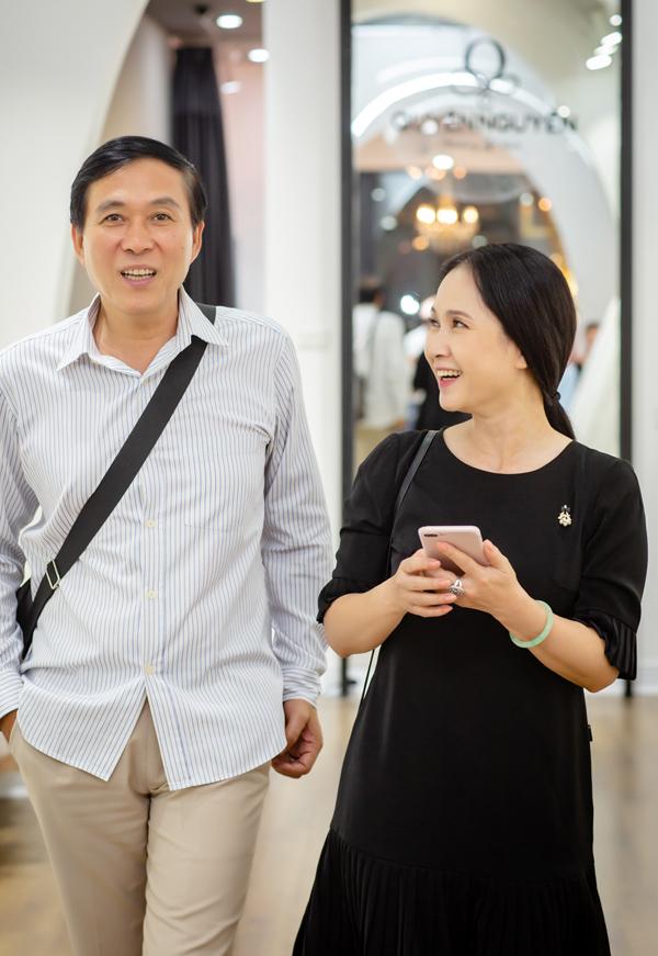 Mẹ chồng Lan Hương được ông xã chở xe máy đi thử đồ - 5