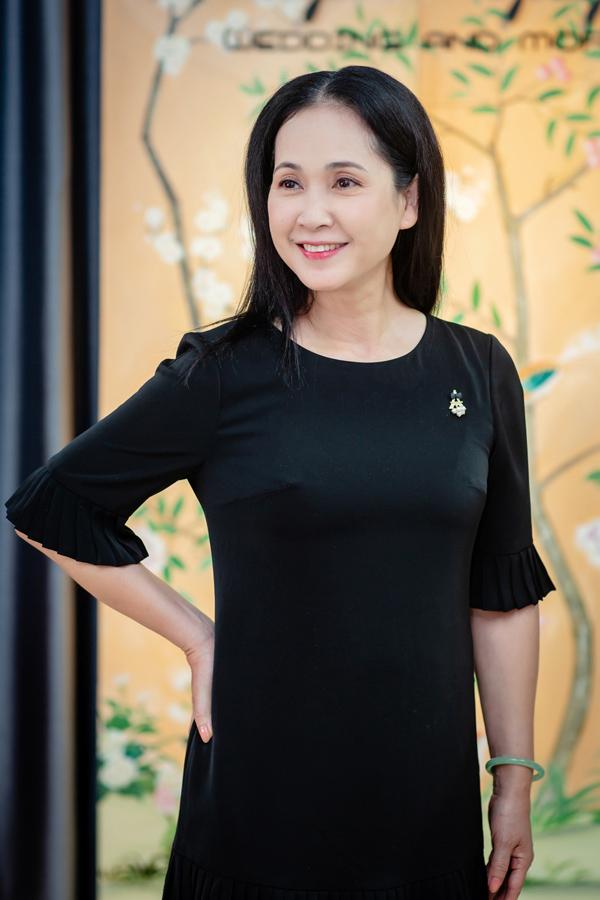 Mẹ chồng Lan Hương được ông xã chở xe máy đi thử đồ - 6