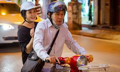 'Mẹ chồng' Lan Hương được ông xã chở đi thử đồ bằng xe máy