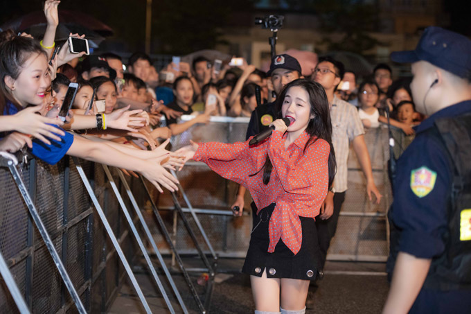 Em gái ca sĩ Phương Linh nhiệt tình xuống tận khu vực khán đài để chạm tay với khán giả.