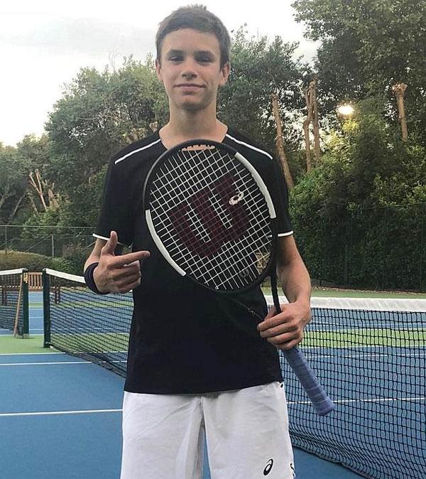 Romeo, người đã thành lập mình như là một ngôi sao quần vợt trẻ vừa chớm nở, trông rất hạnh phúc khi anh tạo dáng với một cây vợt, trong khi cũng chia sẻ một khoảnh khắc khác của anh trong chuyển động.