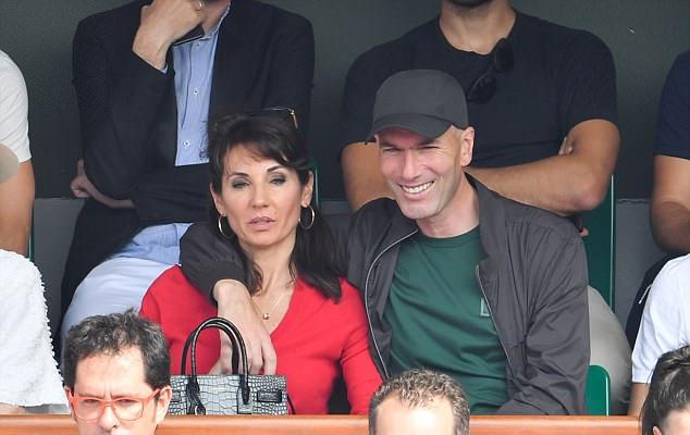 Hai vợ chồng Zidane hạnh phúc ngồi trên khán đài Roland Garros xem trận chung kết giữa Nadal và Dominic Thiem ngày 10/6. Lần đầu tiên, thuyền trưởng 45 tuổi xuất hiện trước công chúng sau khi bất ngờ chia tay Real Madrid.