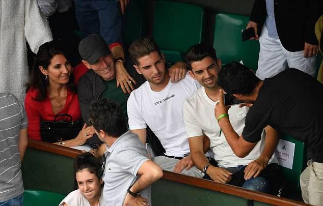 Hai trong số đó là Luca và Enzo cũng có mặt ở sân để theo dõi trận đấu cuối cùng của giải.