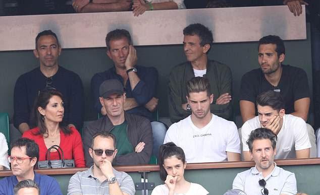Ngồi phía trên nhà Zidane là đồng đội cũ Djorkaeff (phía trên, bên trái) - thành viên tuyển Pháp vô địch World Cup 1998.