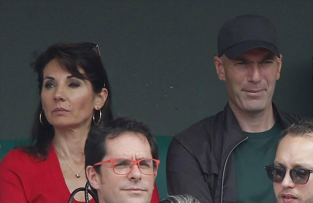 Cặp đôi tập trung theo dõi trận đấu căng thẳng...