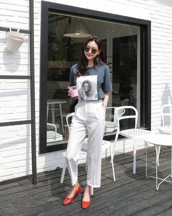 Áo thun tưởng chừng chỉ có thể kết hợp cùng jean, nhưng khi phối chúng với quần suông ống đứng người mặc sẽ có được nét trẻ trung, cá tính.