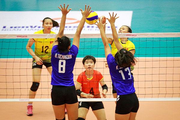 U19 Thái Lan (áo xanh) chứng tỏ sức mạnh trước chủ nhà. Ảnh: NN.