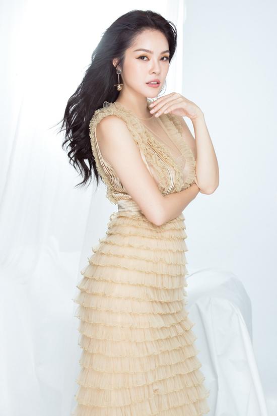 Dương Cẩm Lynh thay đổi phong cách thời trang sau một thời gian trung thành với hình ảnh hanh lịch, nhẹ nhàng.