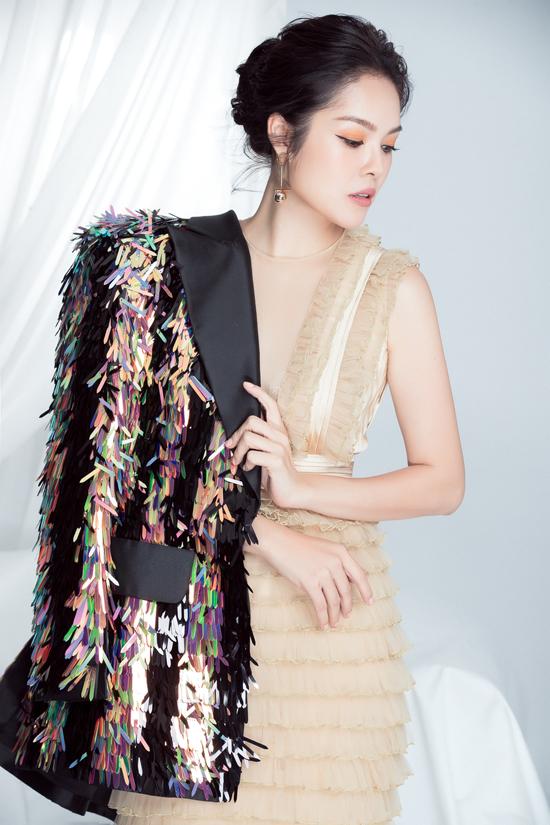 Váy màu nude xếp tầng được kết hợp cùng vest trang trí ánh kim bắt mắt.
