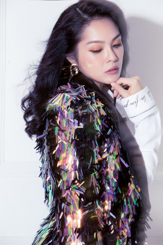 Tông trang điểm nâu, cam cá tính cũng được áp dụng một cách hiệu quả để giúp từng shoot hình của Dương Cẩm Lynh hút mắt hơn.
