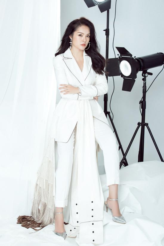Kết hợp cùng trang phục theo phong cách menswear là các mẫu phụ kiện hoa tai to bản, giầy cao gót ánh kim bạc.
