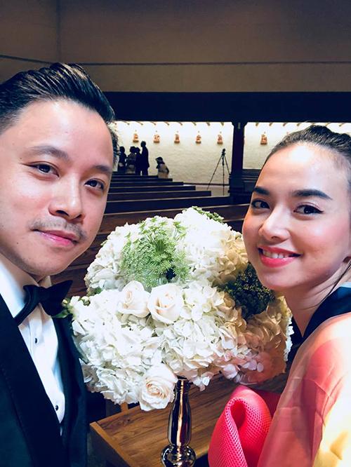 Ngọc Diệp dụ ông xã Victor Vũ chụp hình chung và tự nhận xét đẹp trai đẹp gái quá.