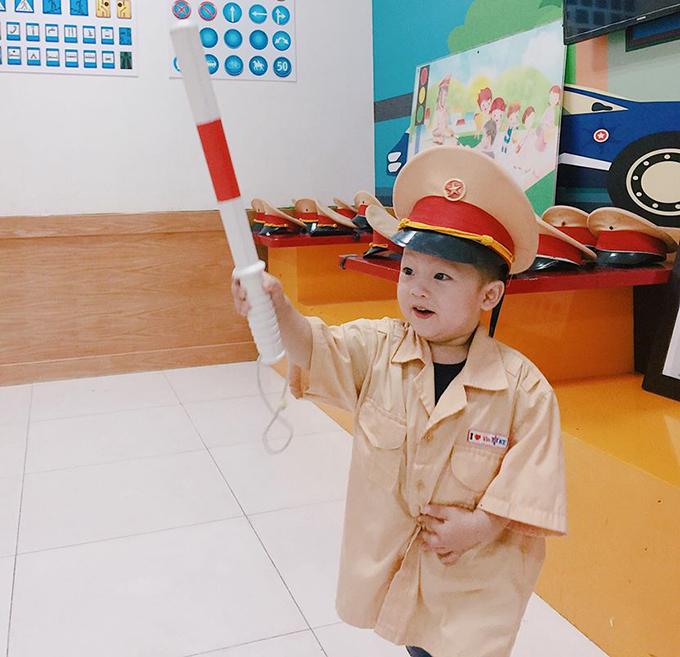 BéKhoai Tây nhà Ly Kute diện trang phục chú cảnh sát giao thông, đáng yêu hết phần người khác.