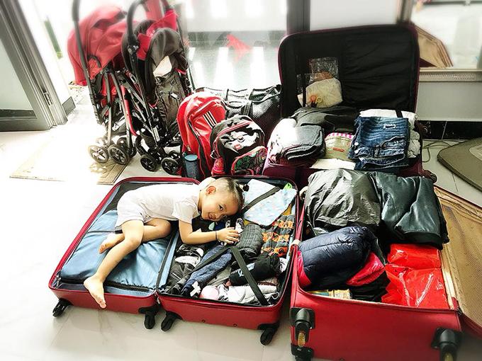 Gia đình Ốc Thanh Vân tất bật chuẩn bị hành lý sang Australia đón sinh nhật Coca 7 tuổi.
