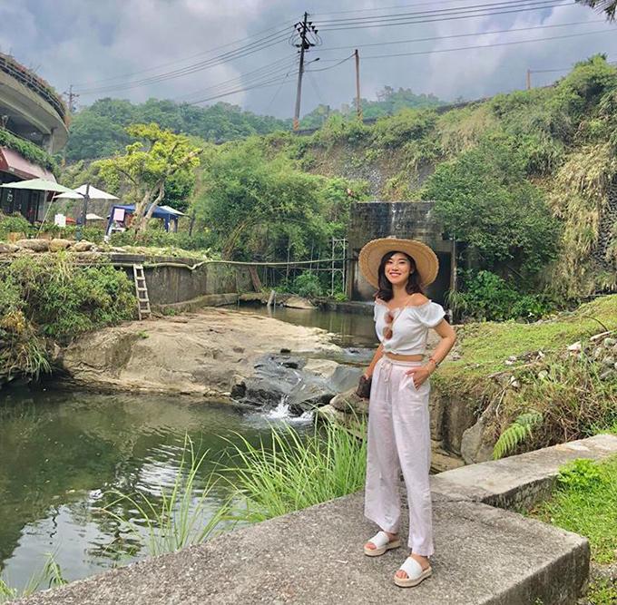 Chibi Hoàng Yến tận hưởng cảnh đẹp trong chuyến du lịch Đài Loan - Okinawa (Nhật Bản). Cô tự nhận mình có trình độ chỉnh ảnh level max.
