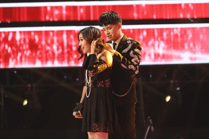 Noo Phước Thịnh lấy lòng Huỳnh Thanh Thảo bằng cách giúp thí sinh này đeo lại vòng cổ.