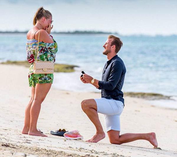 Harry Kane cầu hôn bạn gái trong kỳ nghỉ hồi tháng 7/2017. Ảnh: Twitter.